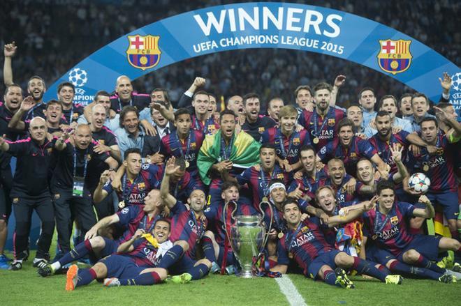 Els jugadors del Barça celebren sobre el terreny la consecució de la Champions.