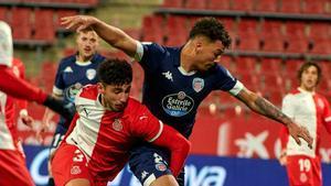 Pachón, del Girona, pugna con un jugador del Lugo.