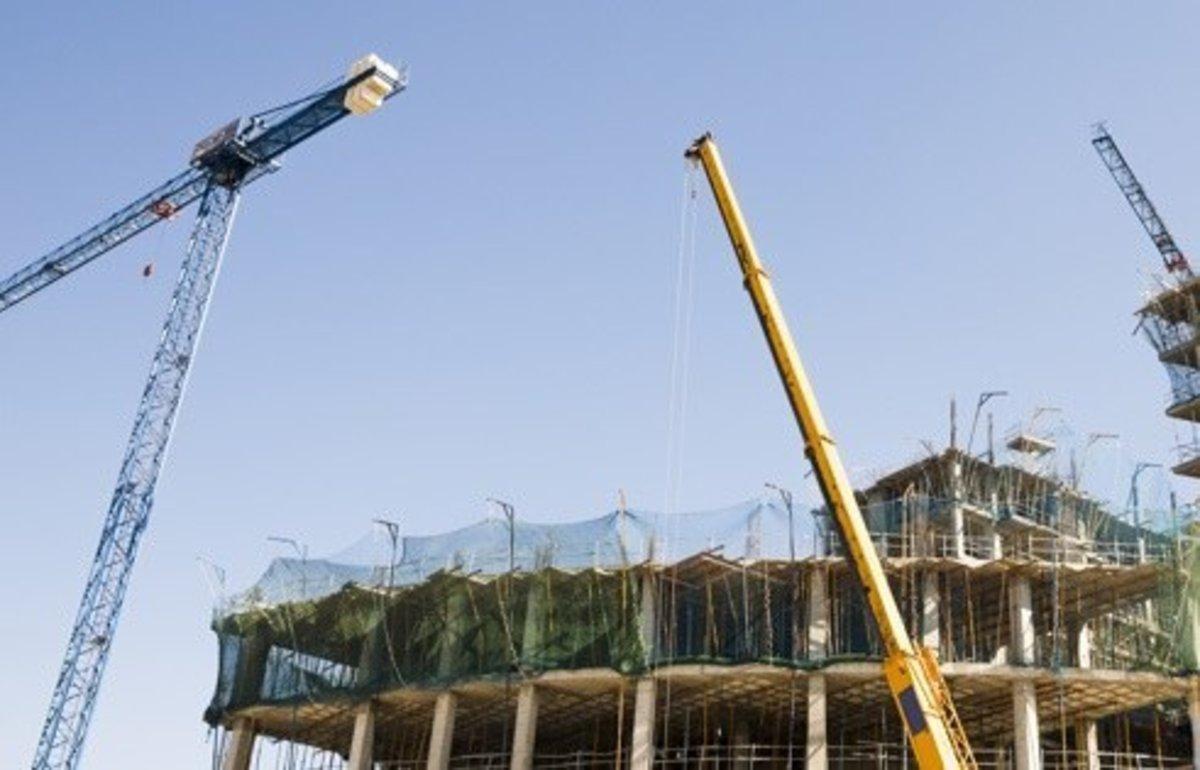 Grúas trabajando en la construcción de un edificio.