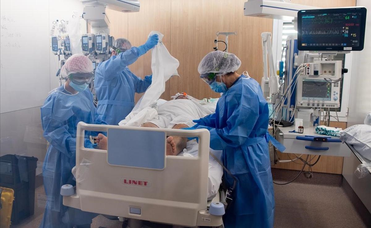 Atención a un paciente con coronavirus en el Hospital Clínic de Barcelona.