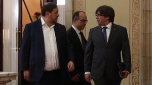 ElpresidentPuigdemont, Oriol Junqueras y JordiTurull de dirigen al hemiciclo.