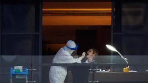 La profesora Thea Fisher, miembro del equipo de la OMS desplazado a Wuhan para investigar el origen del covid, es sometida a un test en la terraza de su hotel.