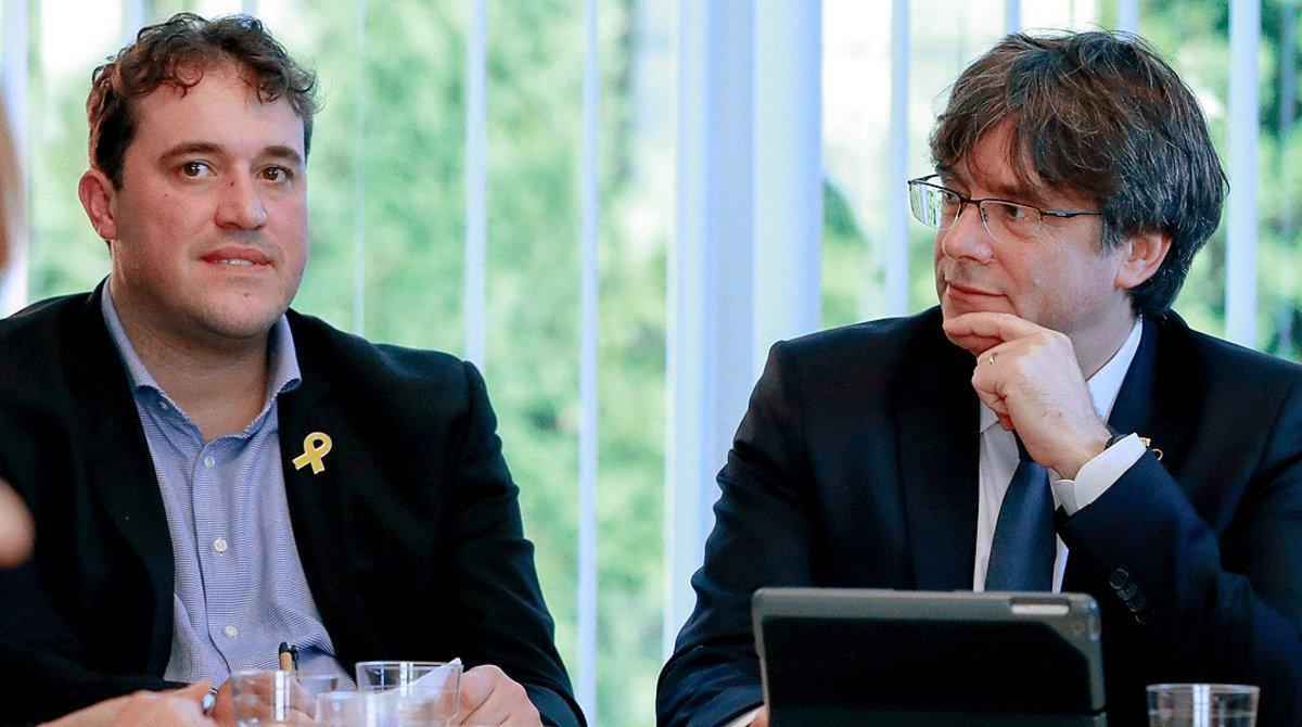 David Bonvehí y Carles Puigdemont, en un acto del PDECat, partido que el 'expresident' ha abandonado, en Bruselas en el 2019.