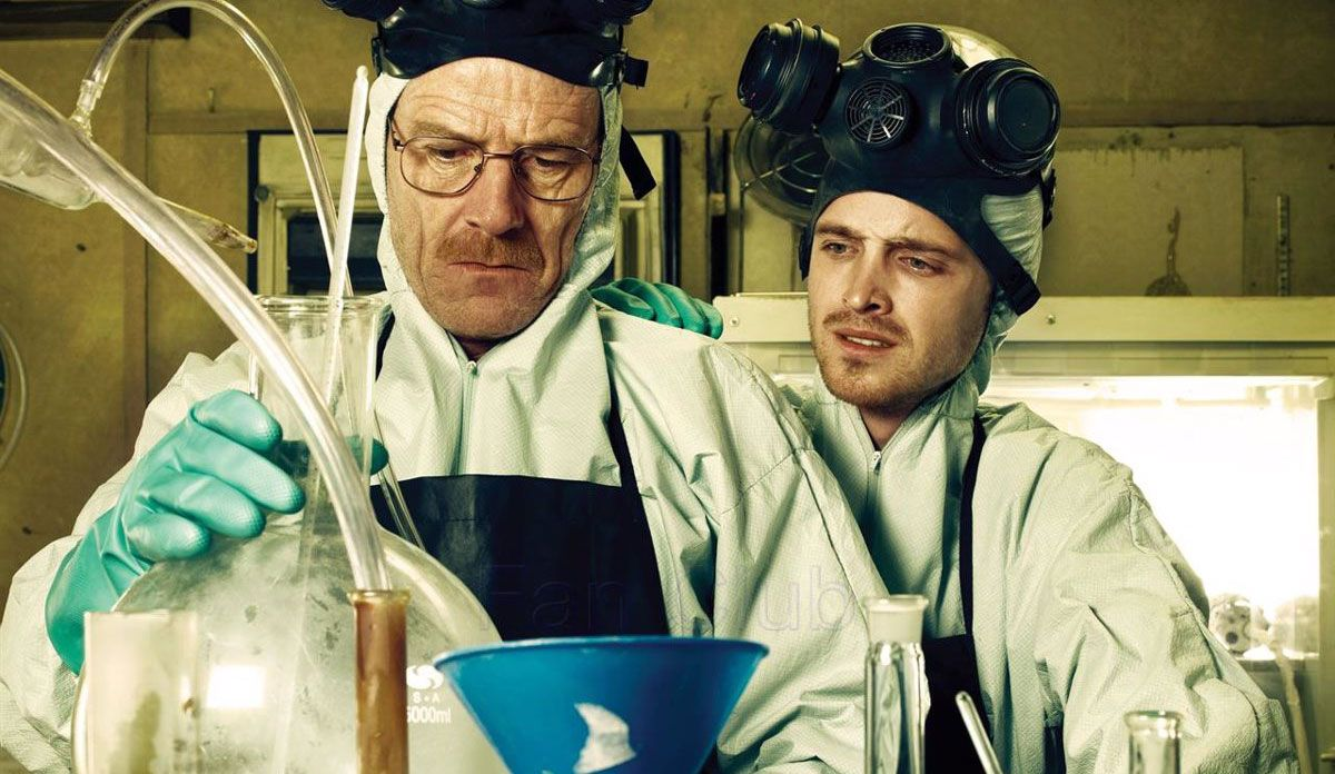 Los protagonistas de 'Breaking Bad' cocinando metanfetamina.