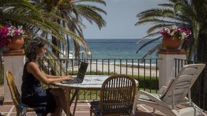 Maria Vanacloig teletrabaja desde su casa en la playa de Xavia, en Alicante, en julio del año pasado.