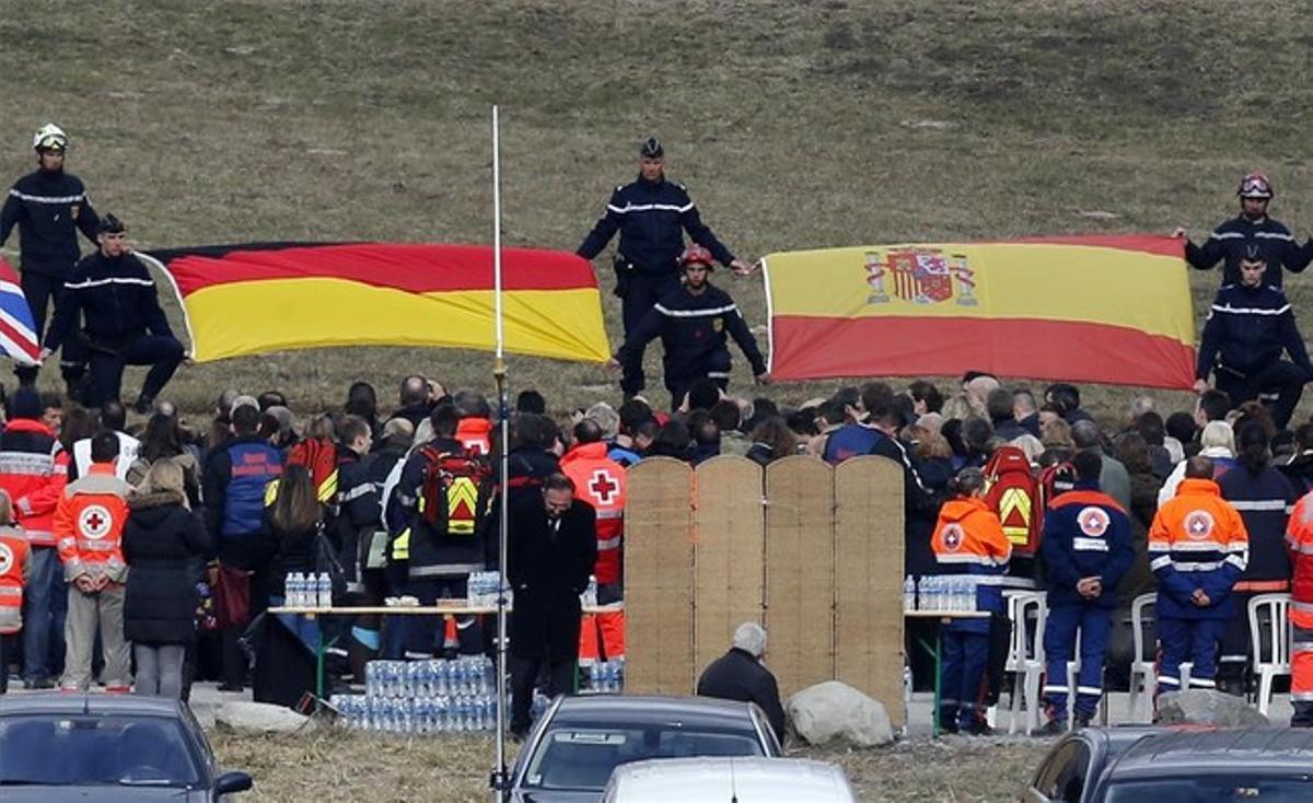 Imagen del acto íntimo en Le Vernet con las banderas de España y Alemania.