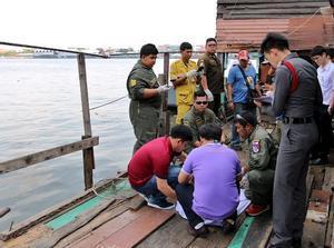 Agentes de policía de Tailandia, junto al lugar del hallazgo del cuerpo del ejecutivo catalán David Bernat en Bangkok.