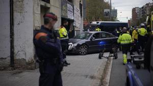El propietario de un local ocupado empotra su vehículo contra la entrada.