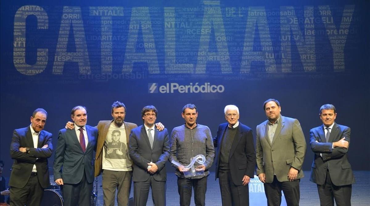 De izquierda a derecha, Enric Hernàndez, Conrado Carnal, Pau Donés, Carles Puigdemont, Òscar Camps, Josep Maria Espinàs, Oriol Junqueras y Agustín Cordón.