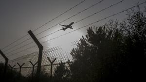 Un avión despega sobrevolando la zona de la Ricarda