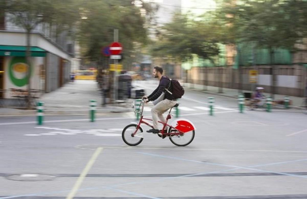 Un ciclista cruce la plaza ganado a los coches en el cruce de Sancho de Ávila con Roc Boronat, este martes.