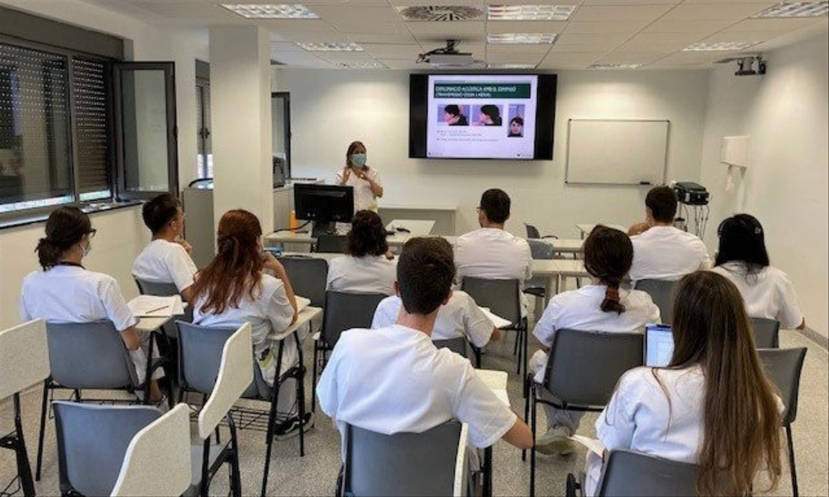 Estudiantes de Medicina de la UB realizan prácticas en el Hospital Esperit Sant de Santa Coloma de Gramenet.