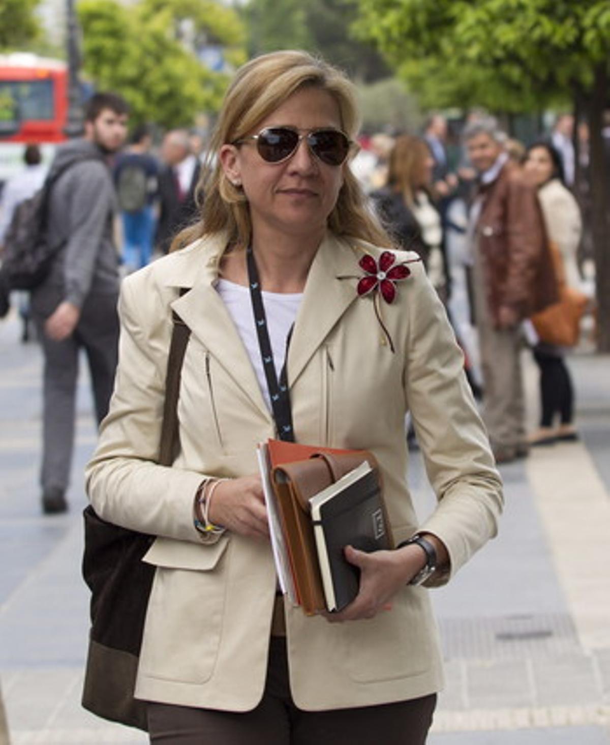 La infanta Cristina al salir de su trabajo en la central de La Caixa, el pasado mayo.