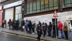 Imagen de archivo de una fila de personas en el exterior de una oficina del INEM.