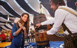 Ona Carbonell inaugura la octava edición de Oktoberfest Barcelona.