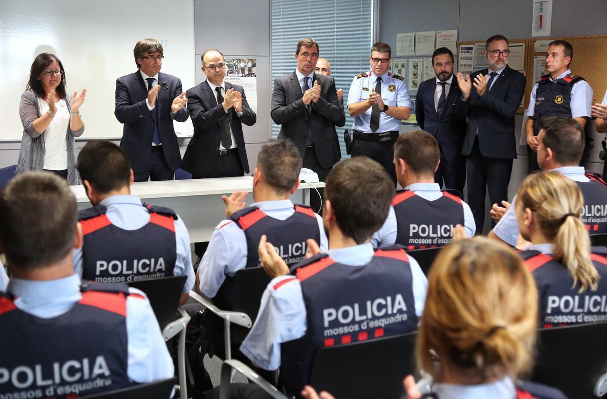 El 'president' Puigdemont durante su visita en la comisaría de los Mossos en Cambrils, el pasado viernes.