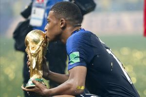 Kylian Mbappé besando la Copa del Mundo conquistada en Rusia