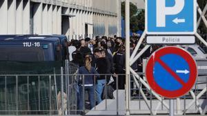 Colas para la vacunación de policías en la comisaría de la Policía Nacional en la Zona Franca de Barcelona.