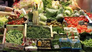 Los precios caen un 1 % en mayo en el mayor descenso en cuatro años. En la foto, puesto de frutas y verduras en el mercado de la Boqueria, en Barcelona.