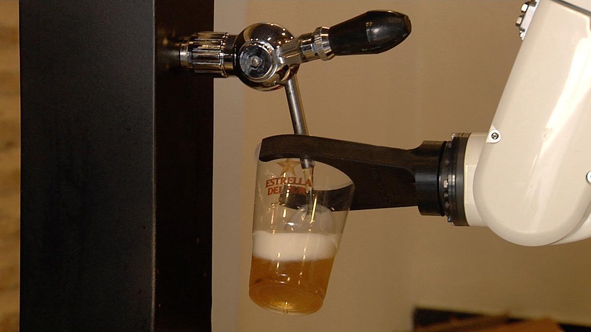 Imágenes de un brazo robótico sirviendo cervezas en un bar de Sevilla para mejorar las medidas sanitarios durante la pandemia.