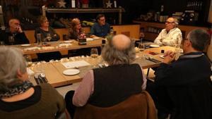 Bozzo habla con los comensales, durante la cena.