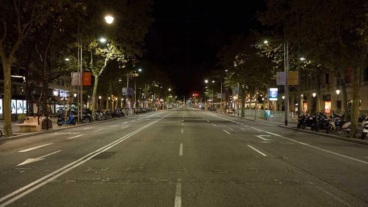 El toque de queda vacía las calles de Barcelona. En la foto, el paseo de Gràcia, cerca de la medianoche.