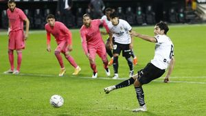 Soler marca su tercer gol de penalti al Madrid.