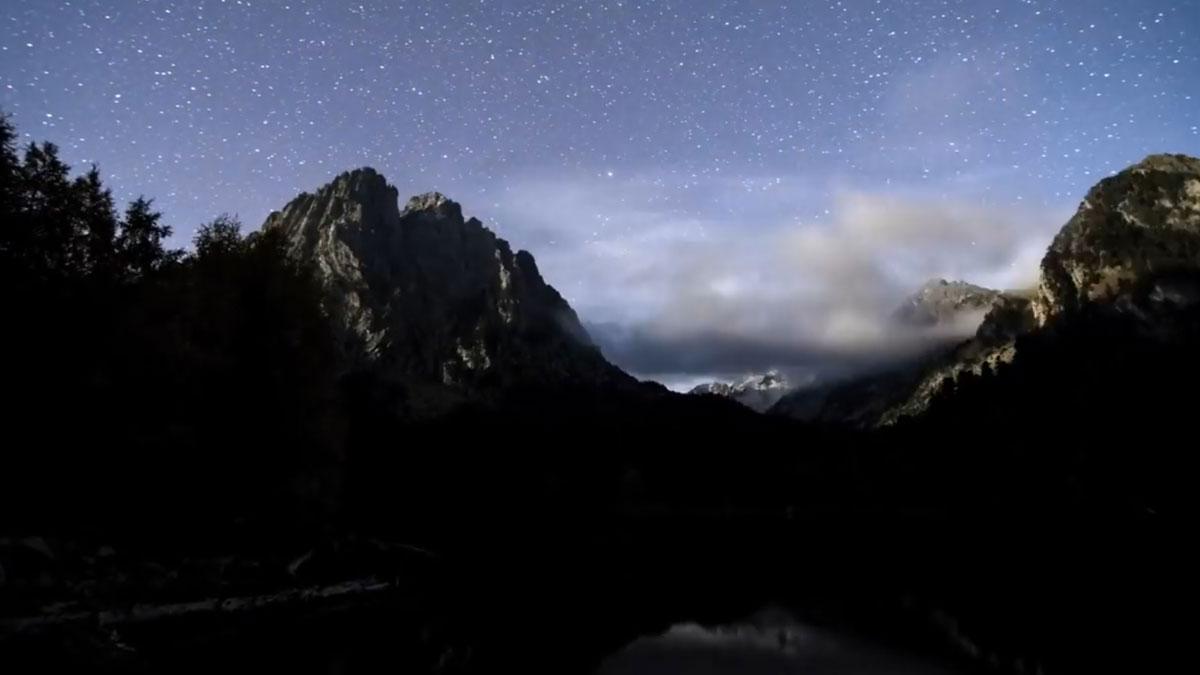 'Timelapse' del cielo nocturno del Parc Nacional d'Aigüestortes i Estany de Sant Maurici.