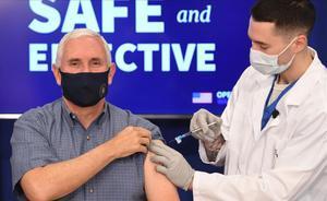 Mike Pence recibe la vacuna del covid-19.