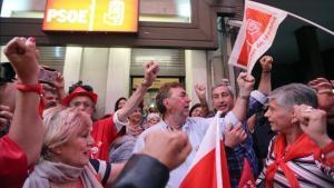 Militantes del PSOE se concentran en la sede del partido para celebrar la victoria de Pedro Sánchez.