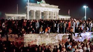 Centenares de alemanes orientales suben al muro cerca de la Puerta de Brandenburgo, el 11 de noviembre de 1989.