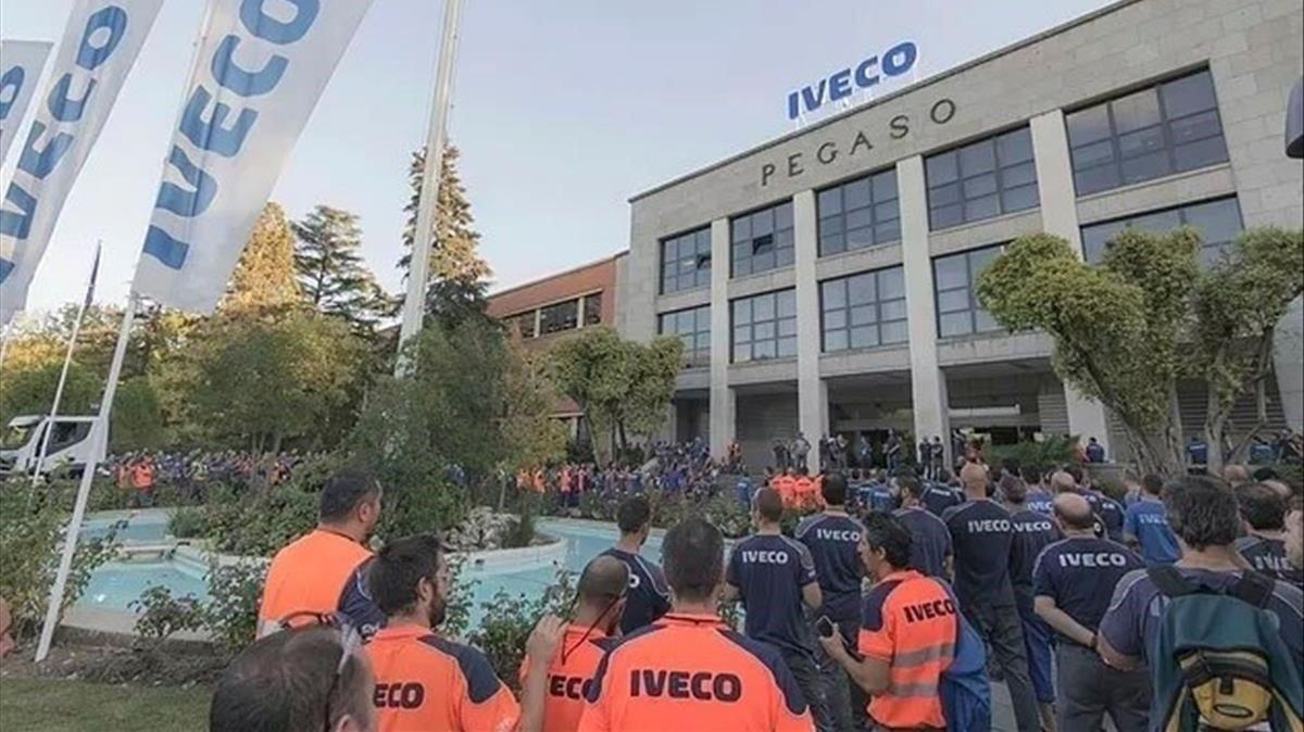 Concentración de trabajadores de Iveco tras el suicidio de sucompañera.
