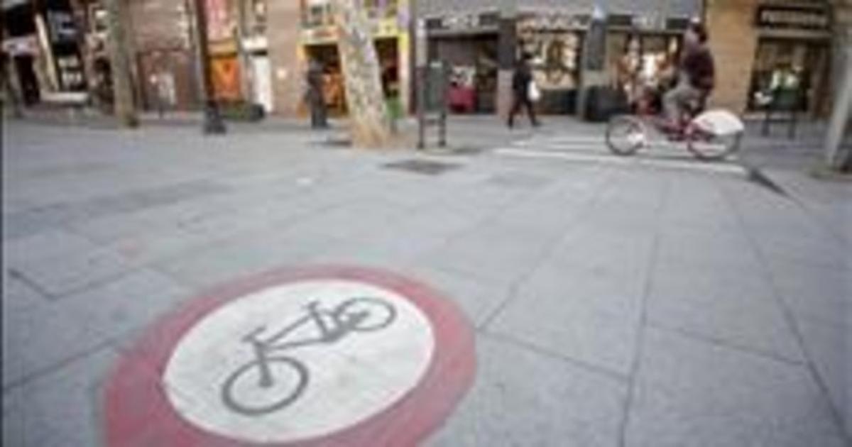 Una señal prohíbe la circulación de bicicletas por la rambla del Poblenou. MIQUEL MONFORT