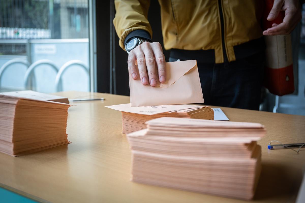 Papeletas de las elecciones generales del 10 de noviembre de 2019 en un colegio electoral en Barcelona.