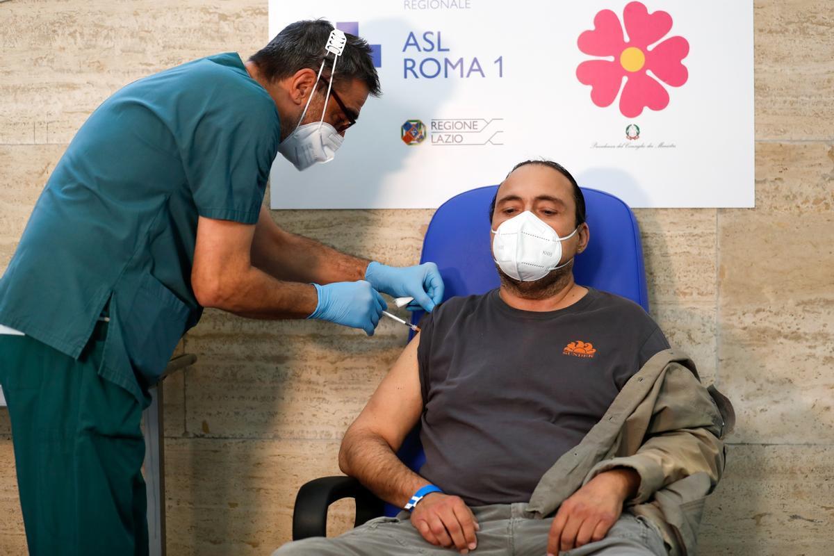 Un enfermero administra una dosis de la vacuna contra el covid-19 a un paciente en Roma, este martes.