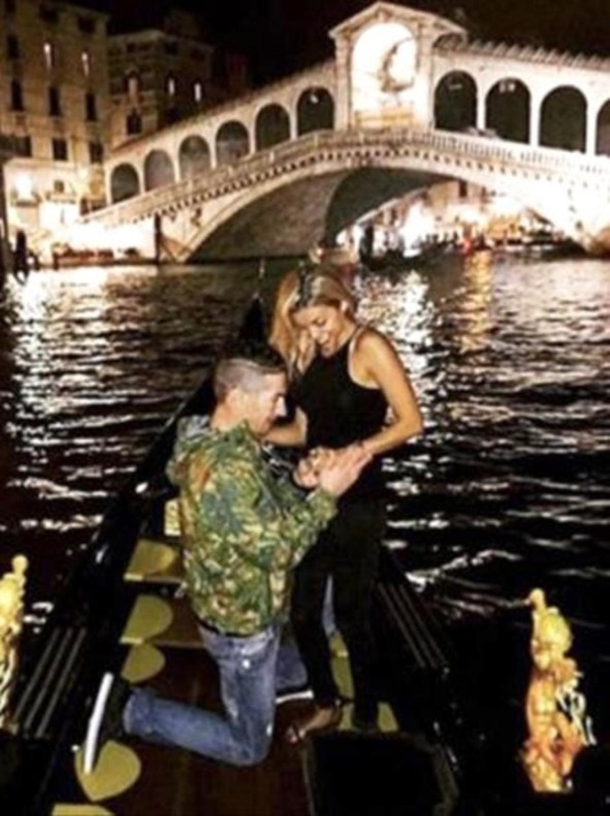 Nicky Hayden le pide a Jacky que se case con él, en Venecia.