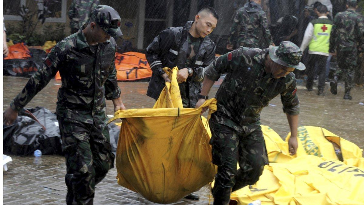 Voluntarios transportan un cadáver en Carita (Indonesia).