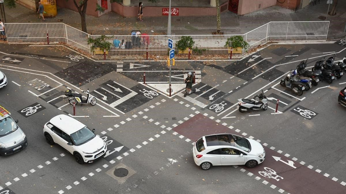 Sobredosis de información visual en la esquina de Cartagena con Provença, este miércoles.