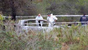 Los Mossos inspeccionan el coche calcinado encontrado en Albinyana.
