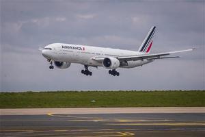 Un Boeing 777 de Air France despega en el aeropuerto de Roissy, cerca de París.