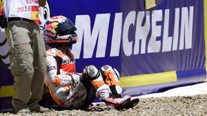 Dani Pedrosa (Honda), muy dolorido, espera la llegada de las asistencias tras el accidente con Andrea Dovizioso y Jorge Lorenzo.