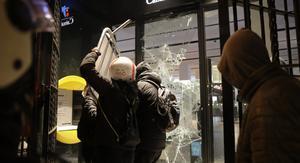Un grupo de jóvenes ataca una sucursal bancaria durante el segundo día de protestas contra la detención del rapero Pablo Hasél, el 16 de febrero de 2021.