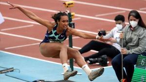 María Vicente, en uno de sus saltos en los Campeonatos de España en pista cubierta.