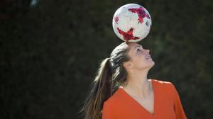 Lieke Martens juguetea con el balón antes de la entrevista con EL PERIÓDICO.
