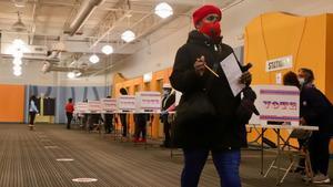 Una mujer afroamericana vota en el colegio electoral de Midtown Center de Milwaukee (Wisconsin)