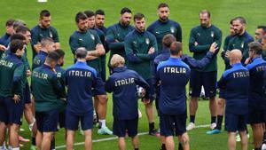 Mancini charla con sus jugadores este lunes en el entrenamiento previo al duelo ante España en Wembley.