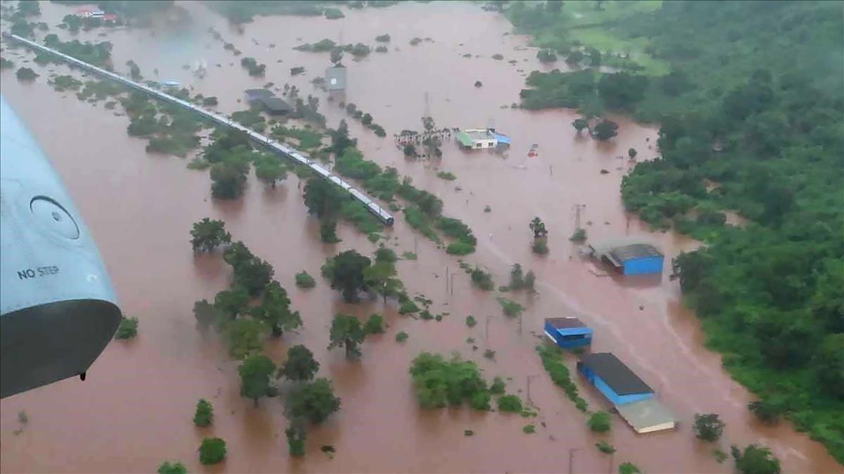Imagen aérea del tren bloqueado por las inundaciones provocadas por el monzón, este sábado cerca de Bombay.