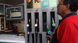 Un trabajador pone gasolina en una estación de servicio de Barcelona.