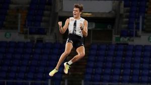 Duplantis, al batir el récord mundial.