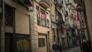 Pañuelos rojos en el Raval paraprotestar por el problema de la droga.